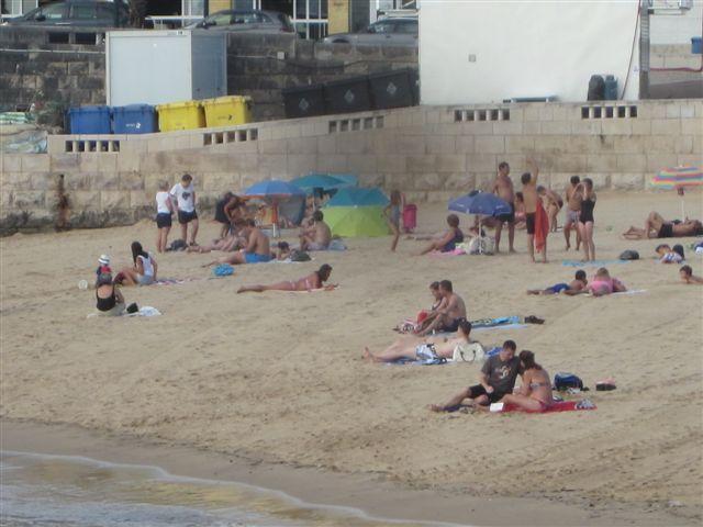 Ba istas en la playa que hay junto al puerto cascais lisboa portugal - Que hay en portugal ...